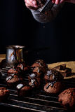 Laga mat hemlagade chokladkakor Arkivfoto