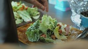 Laga mat i ett restaurangkök som förbereder en sallad stock video