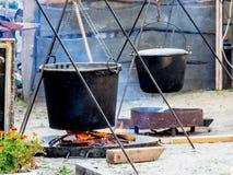 Laga mat i stora kokkärl i ett landshus på gatan royaltyfria bilder