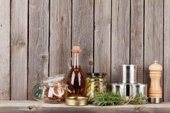 Laga mat ingredienser, örter och kryddor på hylla Fotografering för Bildbyråer