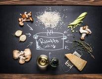 Laga mat ingredienser för champinjonrisotto med handteckningar på den mörka svart tavlan Royaltyfri Fotografi