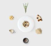 Laga mat ingredienser för italiensk risotto med isolerade lösa champinjoner Royaltyfri Bild