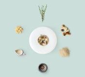 Laga mat ingredienser för italiensk risotto med isolerade lösa champinjoner Arkivbild