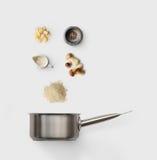 Laga mat ingredienser för italiensk risotto med lösa champinjoner Arkivbild