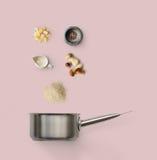 Laga mat ingredienser för italiensk risotto med lösa champinjoner på guling Royaltyfri Bild