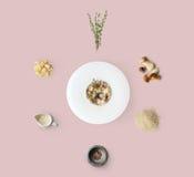 Laga mat ingredienser för italiensk risotto med lösa champinjoner på guling Royaltyfri Foto