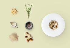Laga mat ingredienser för italiensk risotto med lösa champinjoner som isoleras på guling Royaltyfri Fotografi