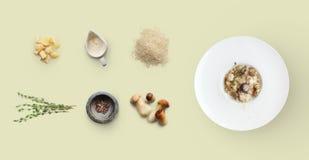 Laga mat ingredienser för italiensk risotto med lösa champinjoner som isoleras på guling Arkivbild
