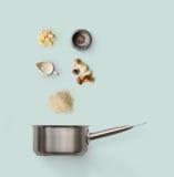 Laga mat ingredienser, italiensk risotto med lösa champinjoner som isoleras på blått Fotografering för Bildbyråer