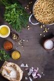 Laga mat ingredienser, kikärtar med kryddor på träbräde, Royaltyfri Fotografi