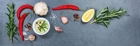 Laga mat ingredienser kryddar beträffande för copyspace för örtbasilikabaner kryddigt Royaltyfria Foton