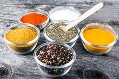 Laga mat ingredienser, kryddor, flockar Arkivfoton