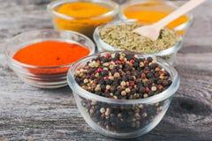 Laga mat ingredienser, kryddor, flockar Arkivfoto