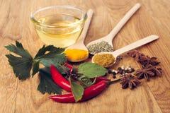 Laga mat ingredienser, kryddor, flockar och olja Royaltyfria Bilder