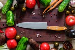 Laga mat ingredienser, träskärbrädan och kryddor Arkivbild