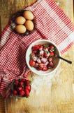 Laga mat kakan med nya ingredienser för att förbereda sig i matlagning ru Arkivfoton