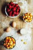 Laga mat kakan med nya ingredienser för att förbereda sig i matlagning ru Arkivbilder