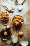 Laga mat kakan med nya ingredienser för att förbereda sig i matlagning ru Royaltyfria Foton