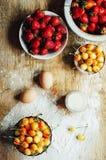 Laga mat kakan med nya ingredienser för att förbereda sig i matlagning ru Arkivfoto