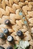 Laga mat kakan p? tabellen och att baka kakaingredienser royaltyfria foton