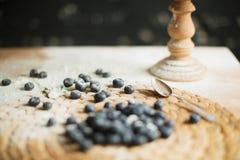 Laga mat kakan p? tabellen och att baka kakaingredienser arkivfoton