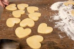Laga mat kakor i formen av en hj?rta arkivfoto