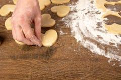 Laga mat kakor i formen av en hj?rta arkivfoton