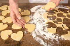 Laga mat kakor i formen av en hj?rta fotografering för bildbyråer