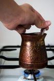 Laga mat/kokande kaffe på den vita gas-ugnen fotografering för bildbyråer