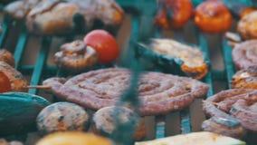 Laga mat korvar, kött och grönsaker för grillfest läckra på gallret långsam rörelse stock video