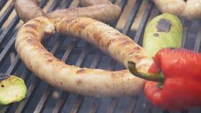 Laga mat korvar och grönsaker för grillfest läckra på gallret lager videofilmer