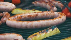 Laga mat korvar och grönsaker för grillfest läckra på gallret långsam rörelse lager videofilmer