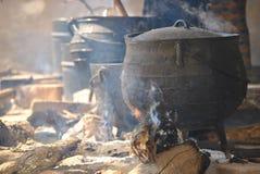 Laga mat krukor på en brand Arkivbilder