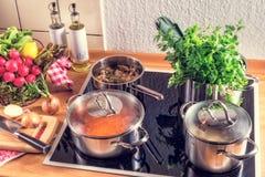 Laga mat krukor på ugnen Royaltyfri Bild