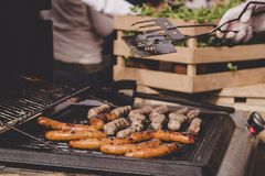 Laga mat läckra saftiga köttkorvar på det utomhus- gallret Arkivbilder