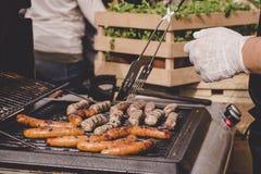 Laga mat läckra saftiga köttkorvar på det utomhus- gallret Fotografering för Bildbyråer