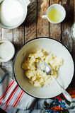 Laga mat läckra vaniljchokladmuffin Moment av framställning av ch Royaltyfria Bilder