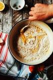 Laga mat läckra vaniljchokladmuffin Moment av framställning av ch Royaltyfri Bild