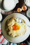 Laga mat läckra vaniljchokladmuffin Moment av framställning av ch Fotografering för Bildbyråer