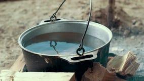 Laga mat lägermat i turist- kruka på brasan Process som förbereder campa mat lager videofilmer