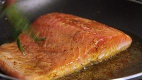 Laga mat laxfisken med ris och gurkan arkivfilmer
