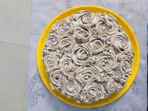 Laga mat med grädde caken royaltyfri bild