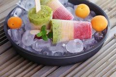 laga mat med grädde frukt- is royaltyfria foton