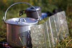 Laga mat, medan fotvandra på gasbrännaren i campa redskap arkivbild