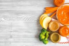 Laga mat mosade morötter för behandla som ett barn på bästa sikt för träbakgrund Fotografering för Bildbyråer