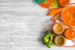 Laga mat mosade morötter för behandla som ett barn på bästa sikt för träbakgrund Arkivbild