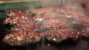 Laga mat nötkött- och grisköttlilla pastejen för hamburgare Kött som grillas på brandgrillfestkebaber på gallret Grillad köttfärs stock video
