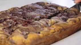 Laga mat och göra den körsbärsröda kakan stock video