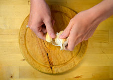 Laga mat och hem- begrepp - som är nära av manliga händer som tar av, kissa upp Royaltyfri Fotografi