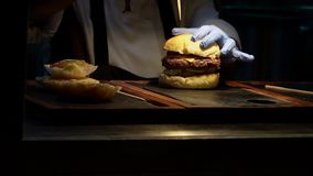 Laga mat Preparing Burger i restaurang stock video